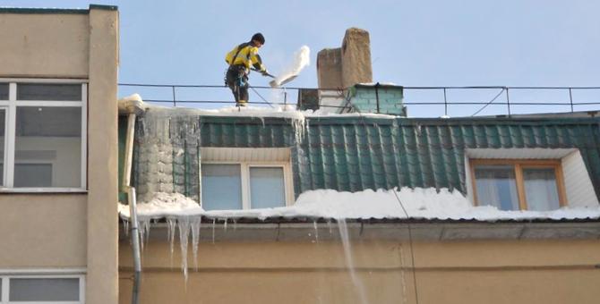 Организация работ по очистке кровель жилых и общественных зданий от снега и наледи