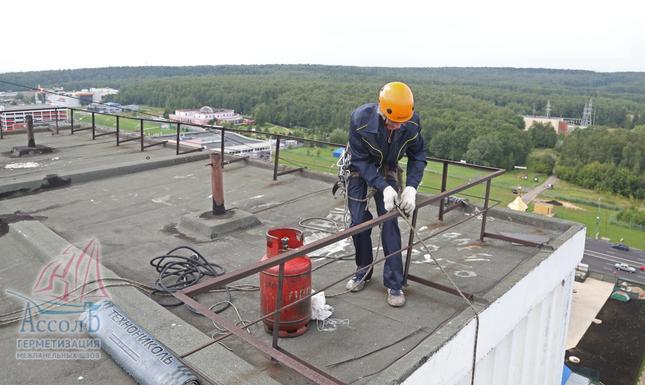 заработная плата промышленных альпинистов при ремонте крыш балконов